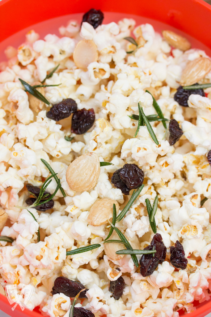 Marcona Almond + Dried Cherry Popcorn with Crispy Rosemary: Upgrade your date night with an upscale twist on classic movie theater popcorn. Make it right in the comfort of your own home with only 6 ingredients! #ad #popwithbarleans
